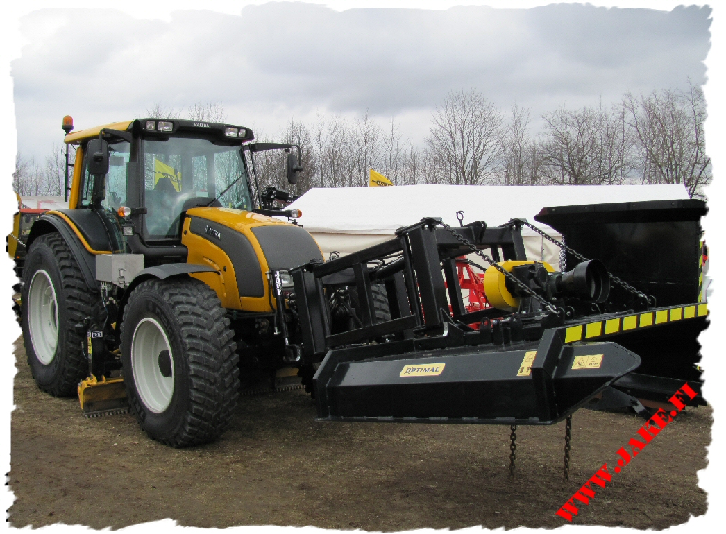 jake_3513_on_valtra_n144_at_maamess_tartu_1.jpg