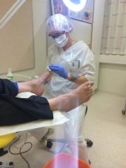Jalkaterapeutti hoitavan jalkaterapiatyön eli jalkojenhoidon parissa