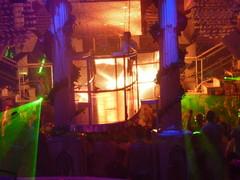 led DJ-koppi yleisön päällä vaijerien varassa