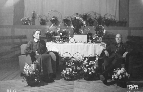 Paikallispäällikkö Matti Torvela ja vaimonsa Maria poseeraavat 50-vuotispäivillä