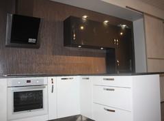 moderni keittiö valko-musta