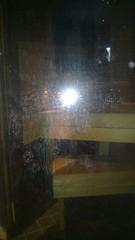 Kalkkiintunut saunan lasiovi ennen puhdistusta