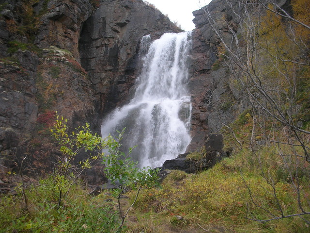 Kevon kanjoni, Fiellun putous. Vesiputous on 25 metriä korkea