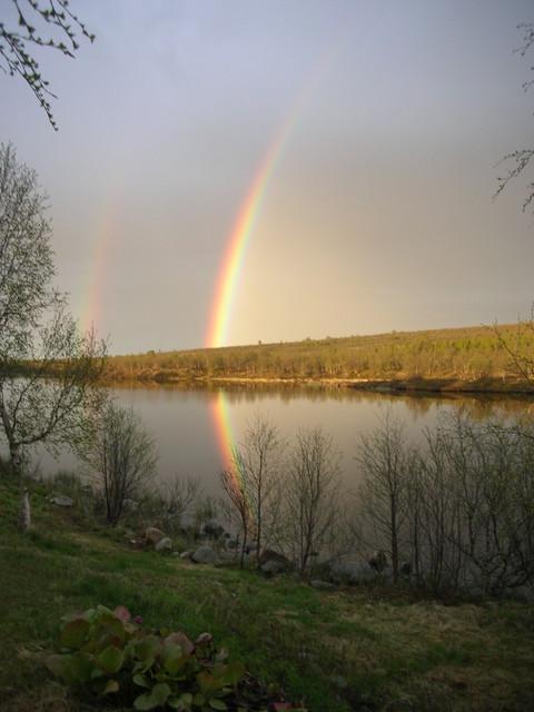 Sateenkaari osuu järveen