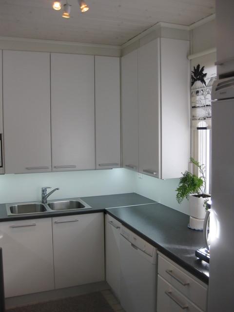Raikas ja selkeä valkoinen! U mallinen keittiö muuttui kuin uudeksi, kun puun