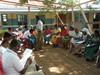 Mwikalaiset täyttämässä yhdistyksen kyselylomakkeita