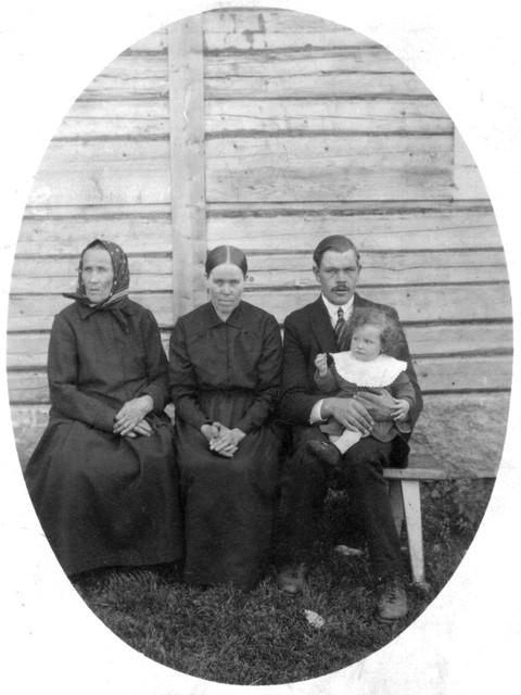 Neljä sukupolvea: Anna, Maria, Kaarle ja Anna