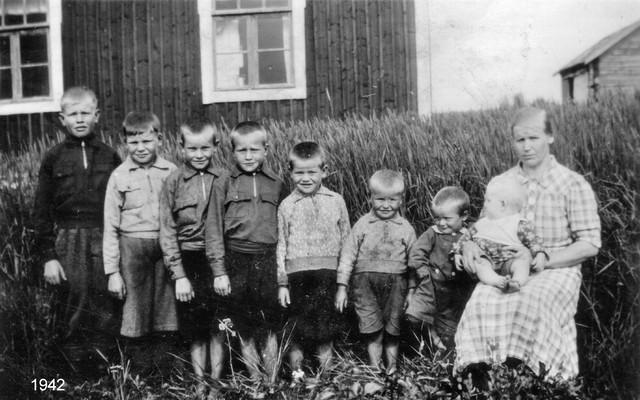 Elma lapsineen v. 1942