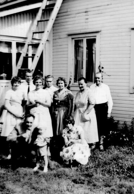 Feeli ja Aili ja osa perheestä joskus 1960-luvun alussa