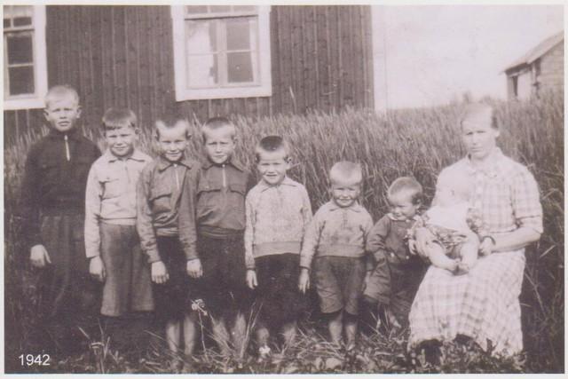 Elma-äiti poikineen vuonna 1942