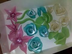 lisaa sokerimassa kukkia