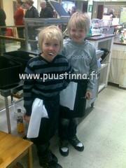 Pojat auttamassa jouluruuhkan aikan 2011.