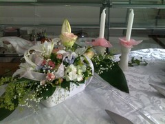 tarjoilupoydan_kukkakoriste, floristi Essi Ruotsala
