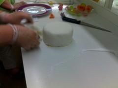 Sokerimassan laittoa kakun päälle
