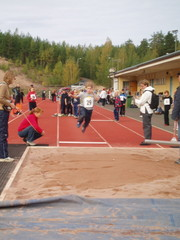 Atte hyppää pituutta koulujen välisessä yleisurheilukilpailussa