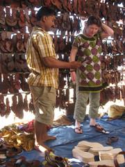 Sandaaliostoksilla.  Choosing chappals.   Anjuna Goa 18.1.  Kuva S.P.