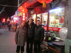 Kantaruokapaikan edessä.   In front of our favourite restaurant.  Peking/Beijing 12.3., Kuva: tuntematon