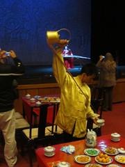 Teetä tarjoillaan Peking oopperassa.  Serving tea in Beijing Opera.   14.3.