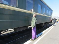 Venäjää kohti.  S. putsaa vaunuosastomme ikkunaa väliasemalla.  Towards Russia.  S. cleans the window of our coach.   25.3.