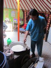 Jurtassa, jakinvoitee valmistuu.  In yurt,   makin of the yak butter tee.  Terelj 23.3.  Kuva S.P.