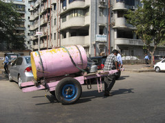 """Vedenkuljettaja """"Spanu wallah"""".  Water transporter  """"Spanu wallah"""".  Mumbai 13.1.  Kuva S.P."""