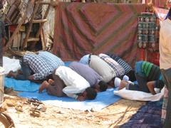 Rukoushetki työn lomassa. Time to pray and work can wait.  Anjuna, Goa 18.1.  Kuva S.P.