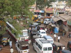 Liikennetukos pyhän kulkueen jäljiltä.  Traffic jam after a holy procession.  Badami  22.1.  Kuva S.P.