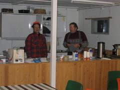 Karppinen ja Vallo kokkeina.