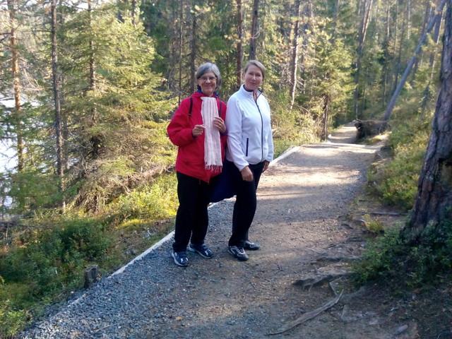 Kaksi iloista ruskaretkeläistä Eila Mykkänen ja Salli Kaukoranta Kiutakönkäällä 9.9.2014