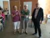 Lahja Hanhela ja Timo Heikkinen kiittivät kukkien kera Sirkka Vengasahoa puheenjohtajana toimimisesta.