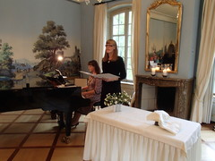 Leena Pyylampi ja Liisa Viitasaari musisoivat