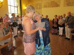Heli sai lahjan Bernin seurakuntaneuvostolta
