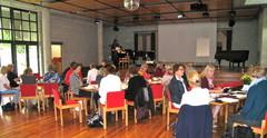 Osallistujat kuuntelevat suomalaisen virsikirjan historiaa