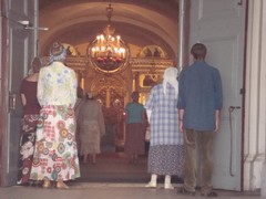 kirkon ovet kutsuvasti auki