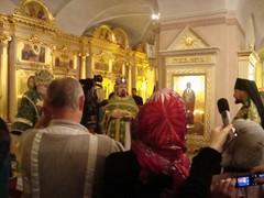 arkkimandriitta Sergei luovuttaa lahjaa luostarille