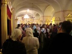 kirkko täynna vakea liturgiassa