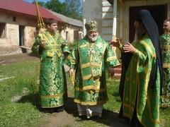 skeemaigumeni_varaahil_selittaa_piispa_nazarille