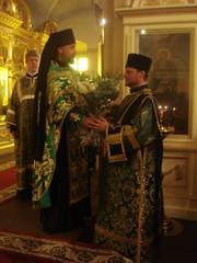 igumeni_aleksandr_onnittelee_pappismunkki_jobia