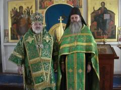 piispa_nazarij_ja_skeemaigumeni_varaahil_kasanin_skiitan_kirkossa_25.6