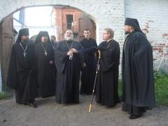 24.6.2013_piispa_ignatij_kuuntelee_piispa_nazaria_luostarin_ensimmaista_johtajaa