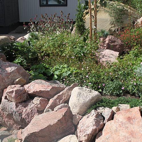 luonnonkivi-pultereita-kukkapenkki
