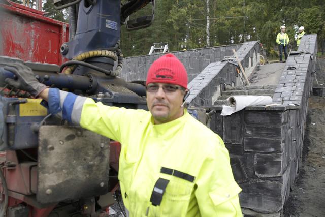 Koura-autot ja Harri Ojanperä nosteli kivet Ivecon kyydistä Keslalla takaisin paikoilleen Neron portaiden työmaalla