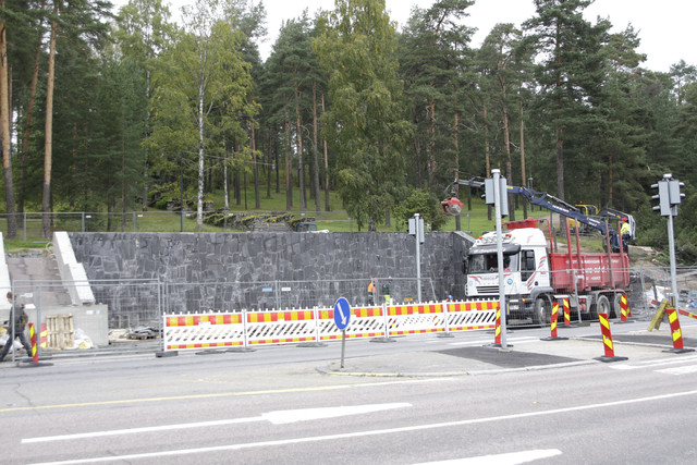 Neron portaiden alaosan kunnostus Jyväskylän Harjulla. Alkuperäiset liuskekivet numeroitiin ja kuvattiin - remontin jälkeen ne asennetaan tarkasti alkuperäisille paikoilleen