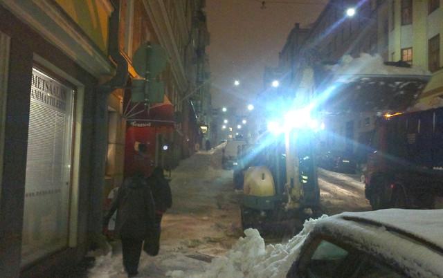 Helsingissä riittää lumikoneille töitä - kuvassa Yanmar kaivukone tyhjää Vironkatua Ammattilehden ja Kivirockin toimiston edessä Kruunuhaassa 22.2.2012