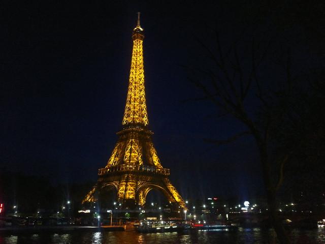 Vuonna 1889 valmistunut Seine-joen rannalla sijaitseva Eiffel-torni on Pariisin sýmboli - torni kohoaa 324 metrin korkeuteen