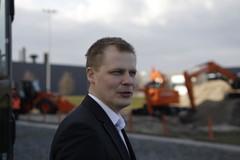 Rotator Oy:n maarakennuskoneiden myyntijohtaja Sami Laitila Hitachin Amsterdamin tehtaalla