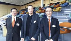 Hitachi Construction Machinery Europen toimitusjohtaja Moriaki Kadoya (vas.), Ammattilehden Janne Jokela ja Hitachi Construction Machinery Europen myynti- ja markkinointijohtaja Katsuya Azuma