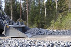 Matalanmallinen pyöräkuormaaja Vähäkyrön Torkkolan tuulivoimapuiston tien työmaalla. Urakoitsijana MRP Risberg Oy Vaasasta.