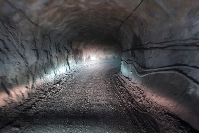 Jokisivun kultakaivoksen noin 10 kilometriä pitkä tunnelitie kulkee lähes 400 metrin syvyyteen