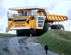 Belaz 75710 - kiviauton kuljetuskapasiteetti on 450 tonnia ja omapaino 360 tonnia eli lastattuna kokonaispaino huimat 810 tonnia!